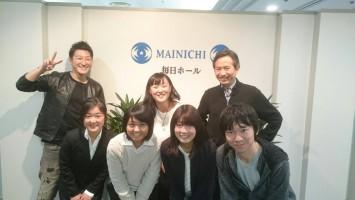 ゲストの安田菜津紀さんを挟んで、レギュラー講師の堀潤・元NHKアナ(現「8bit News」主宰)&私。前列は、見学の慶応大SFCの学生達。
