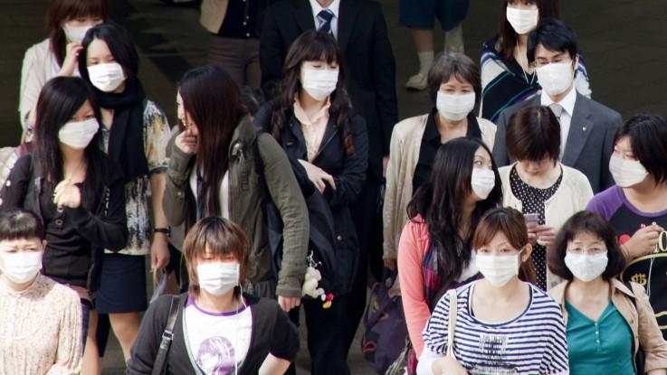 「みんなマスク」の写真?「マスクが多い所を切り取った」写真?